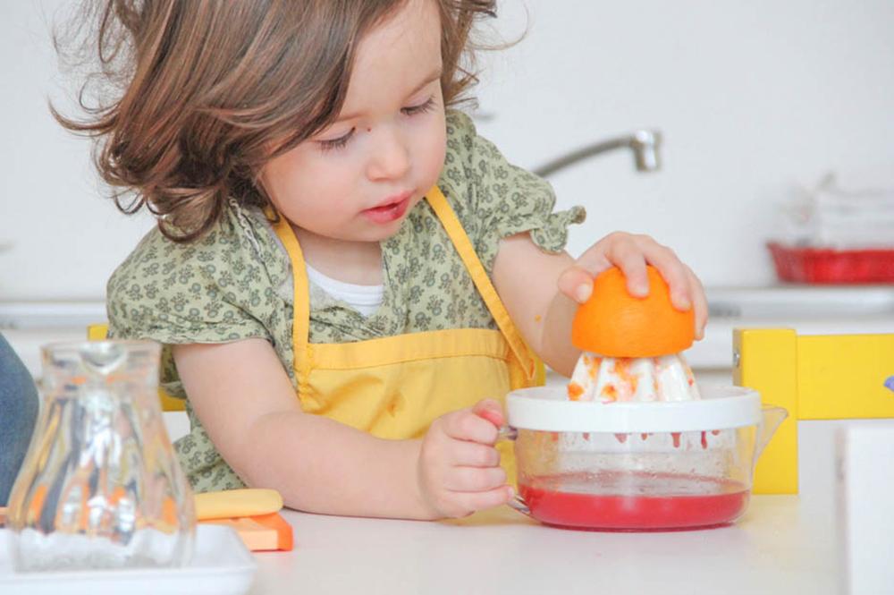 Kleinkind Montessori Orangen pressen