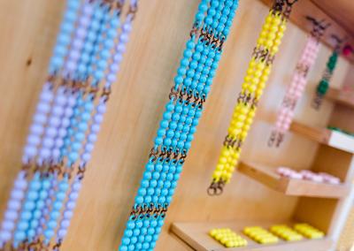 Perlenketten nach Maria Montessori für die Montessori Ausbildung an der Montessori Akademie