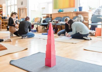 Rosa Turm aufgebaut von Studentinnen an der Montessori Akademie