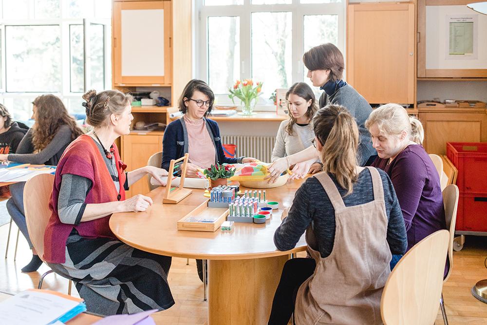 Pädagogik Montessori lernen mit der Montessori Dozentin Saskia Haspel
